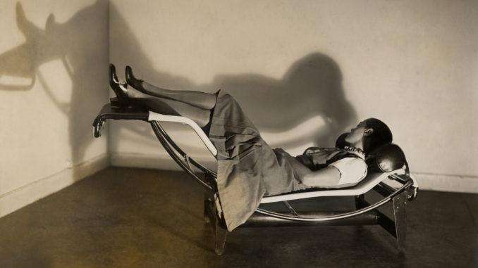 Charlotte Perriand sur la « Chaise longue basculante, B306 », (1928-1929) – Le Corbusier, P. Jeanneret, C. Perriand, vers 1928
